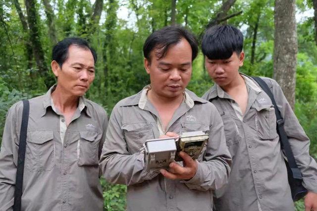 Snímek: Členové hlídkového týmu se učí, jak používat infračervenou kameru